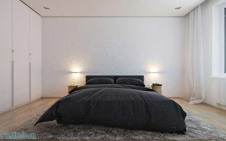 Белые стены в спальне и черное постельное белье. Фото