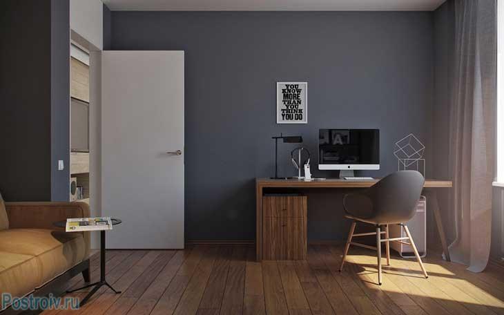 Темно-серые стены и белая дверь в комнате. Фото