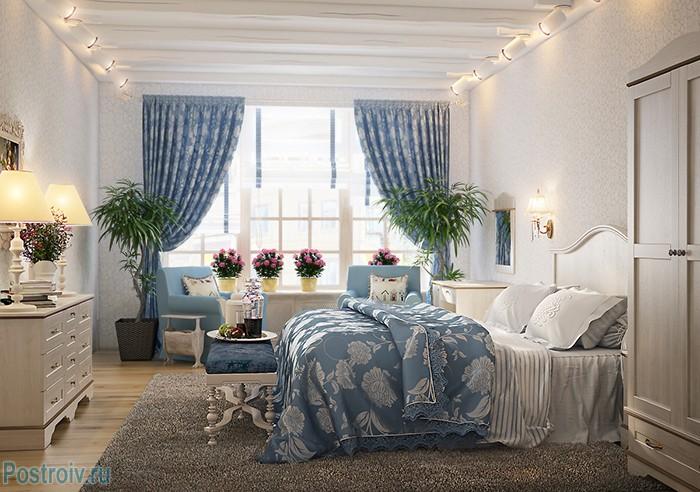 Белые стены и синий текстиль в спальне в стиле прованс. Фото