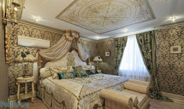 Богатый классический стиль в интерьере спальни. Фото