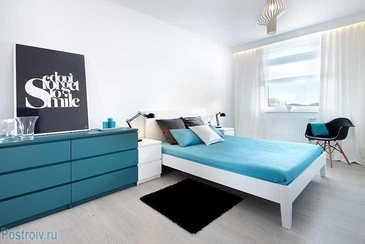 Бирюзовый комод в спальне. Фото