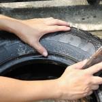 Тщательно вымойте покрышку внутри и снаружи с чистящим средством