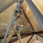 Возможно крепление сиденья к основной конструкции при помощи карабина