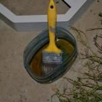 Смазываем формы для садовой дорожки специальной смазкой