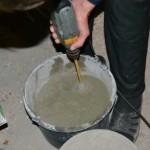 Добавляем воду с пластификатором и снова перемешиваем