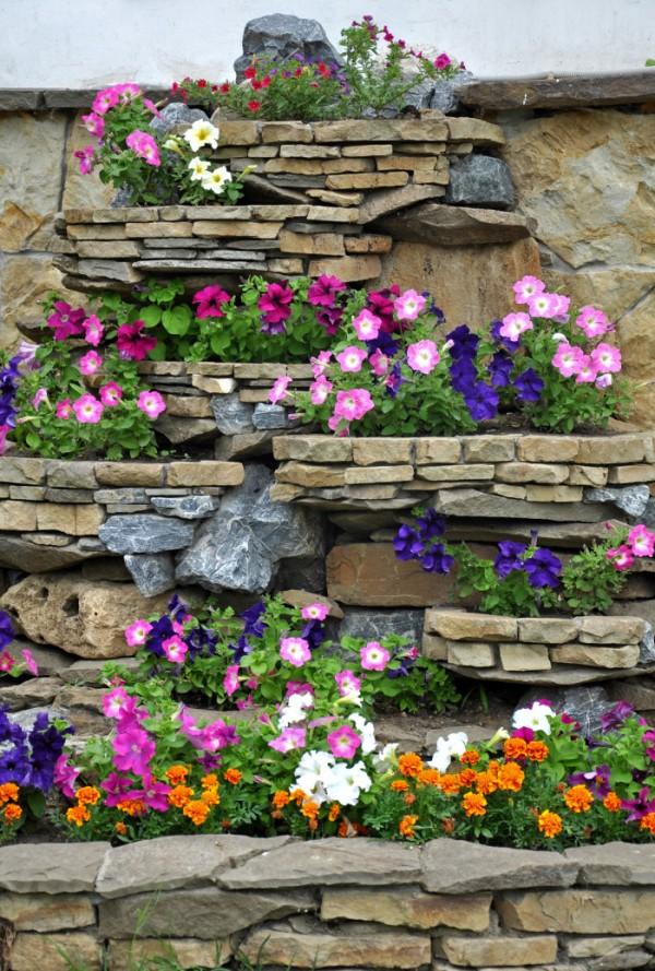 Красивые клумбы из камней на даче