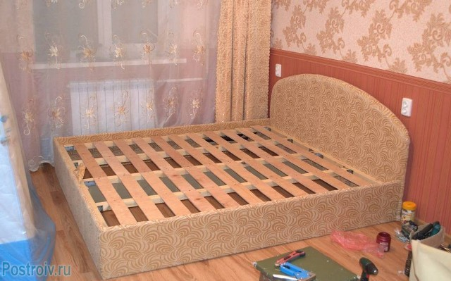 Кровать из ящиков своими руками фото