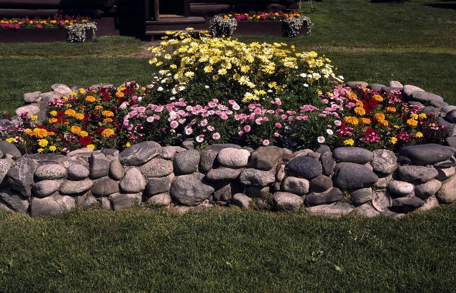 Клумба из натурального камня