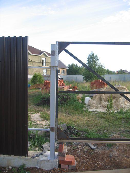 Зачистили-места-для-приваривания-петель-от-краски-на-столбах-и-на-воротах