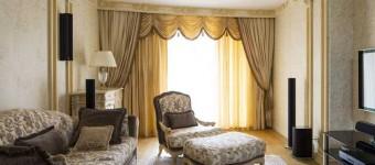 Кремово-золотистый интерьер гостиной от Роскошная мебель для гостиной кремового оттенка