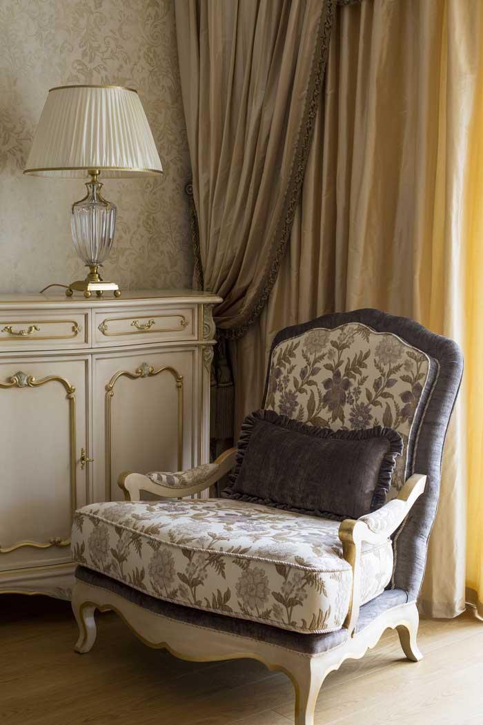 Кресло из цельного дерева для светлой гостиной