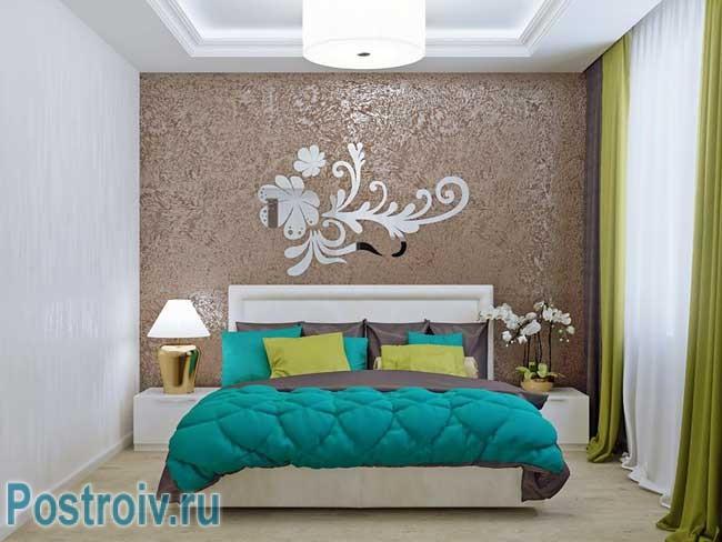 Комбинированные обои в спальне разных цветов