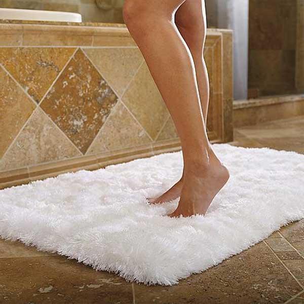 Белый коврик для ванной