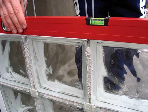 Монтаж перегородки из стеклянных блоков