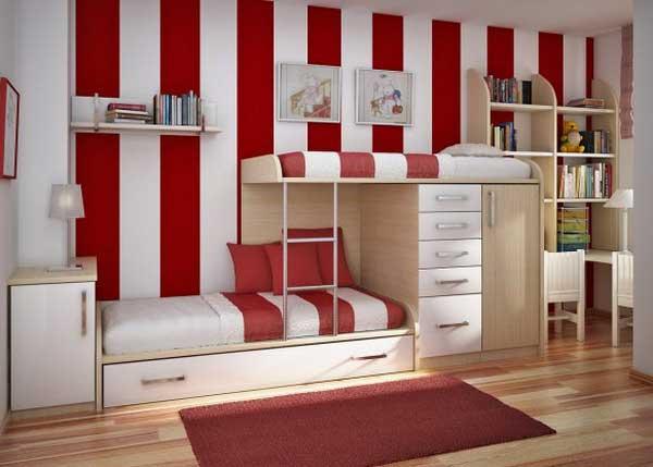 Красные обои в детской комнате
