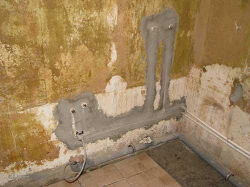 Трубы в стене в ванной