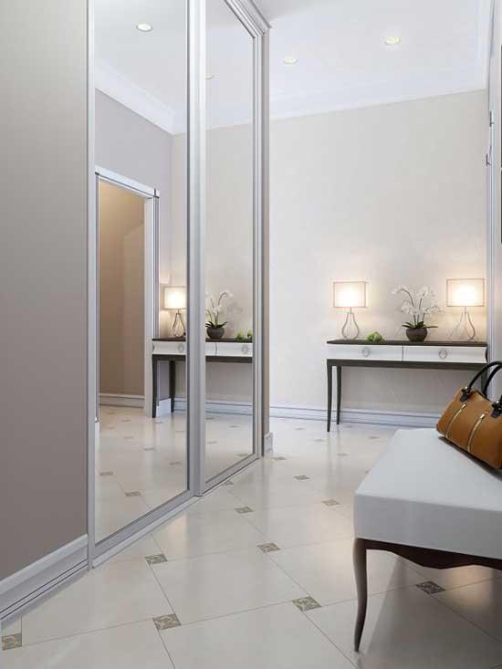 Большая зеркальная стена в коридоре