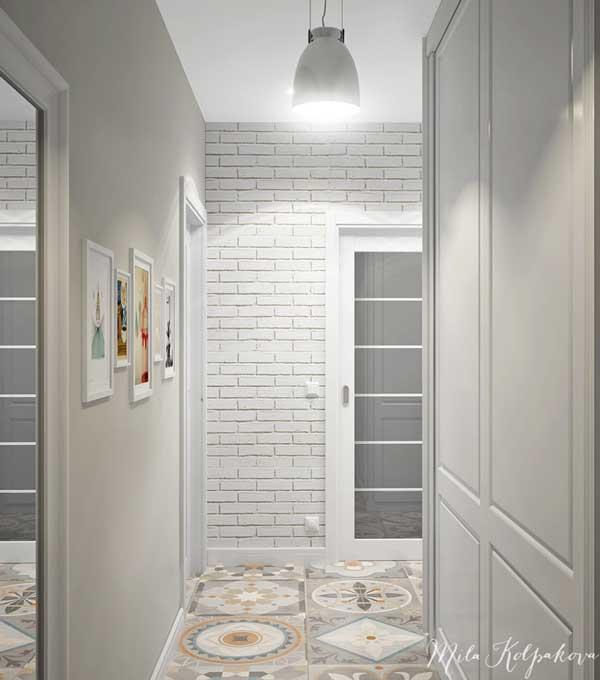 Оформление стен прихожей комбинированными материалами. Плитка и обои белого цвета