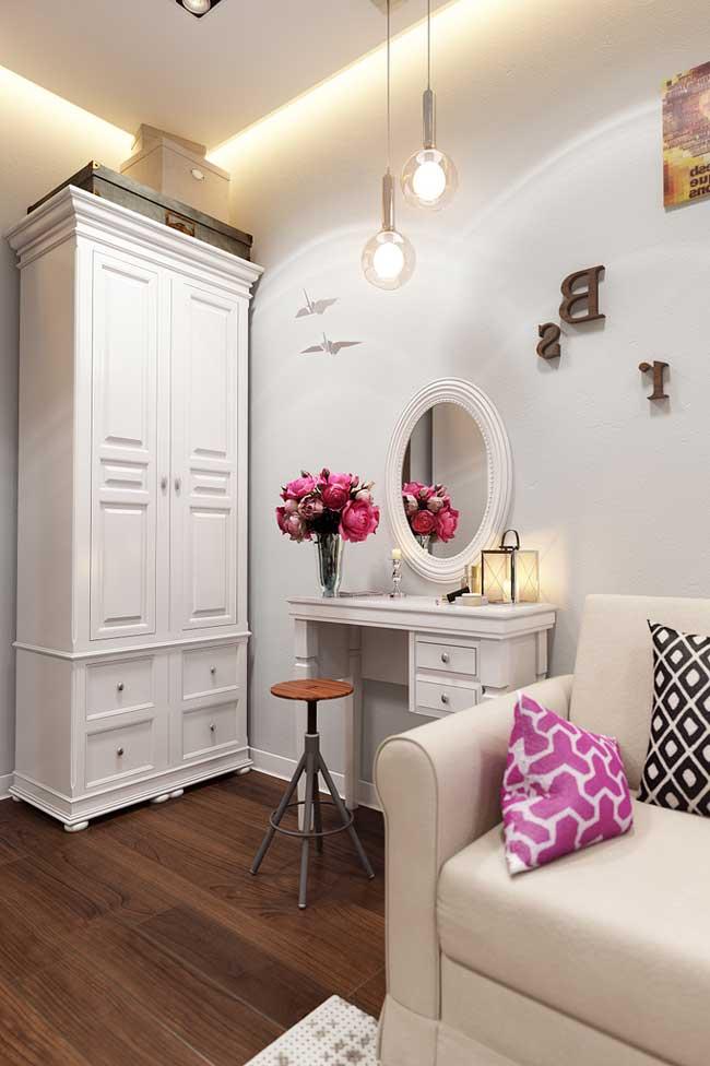 Белый шкаф в детской комнате для двух девочек