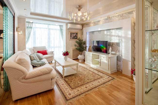 Гостиная в классическом стиле в двухкомнатной квартире
