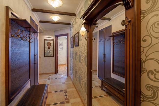 Дизайн коридора в двухкомнатной квартире в классическом стиле