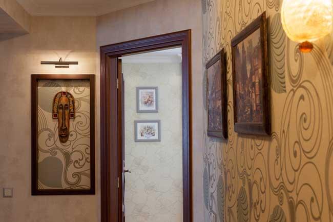 Декорирование стен в прихожей картинами и светильниками к ним