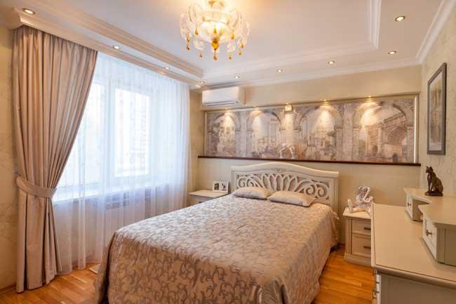 Спальня в классическом стиле. 13 кв. м.  Дизайн штор в спальне.