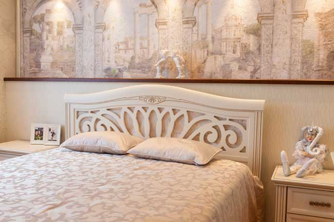 Большая кровать и изголовье в в спальне светлых оттенков
