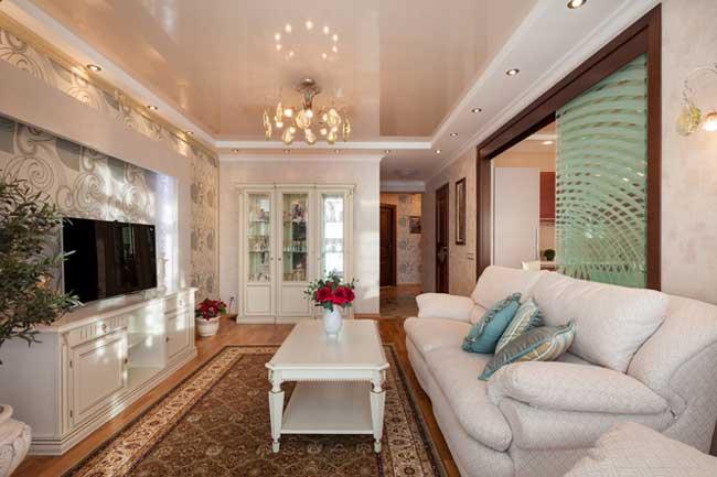 Белый натяжной потолок в гостиной. Дизайн гостиной 17 кв. м