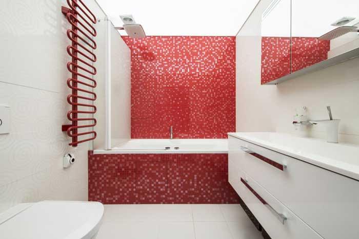 Интерьера ванной комнаты. Совмещенный санузел отделан мозаикой