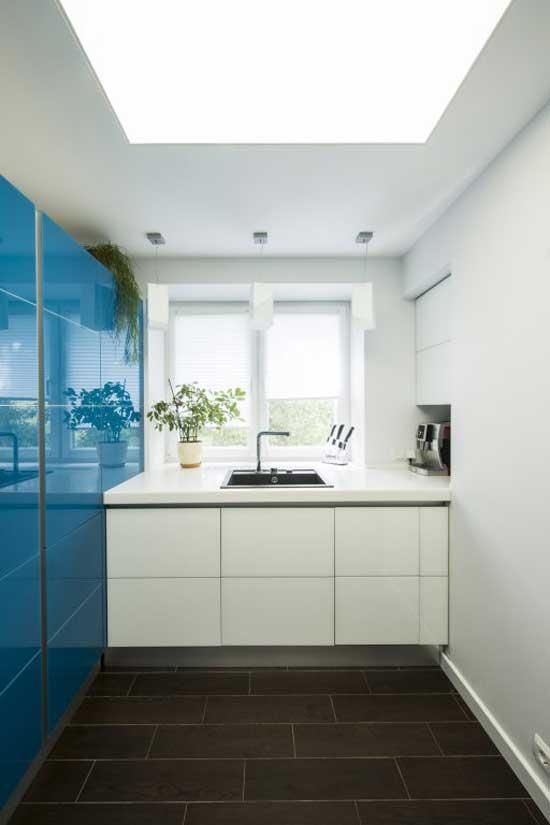 Подоконник столешница на голубой кухне.в интерьере двухкомнатной квартиры