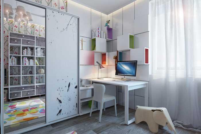 Рабочее место с компьютером в комнате для двух девочек