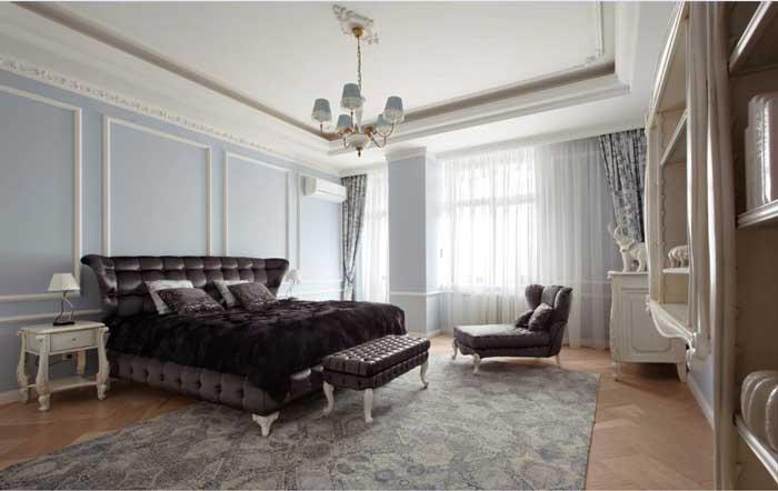Дизайн интерьера спальни в классическом стиле. Большая темная кровать и тахта.