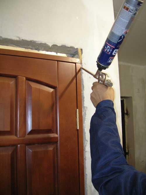 Запенивание швов при установке межкомнатной двери