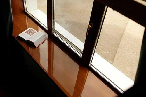Глянцевый деревянный подоконник