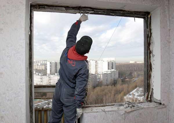 Третий этап ремонта квартиры - демонтируем старые окна и двери