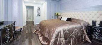 Интерьер маленькой спальни, отделанной декоративной штукатуркой своими руками