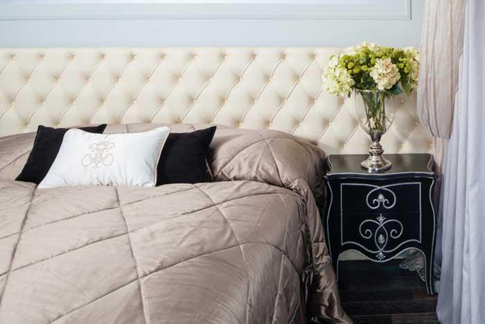 Дизайн кровати в спальне с большим кожанным изголовьем
