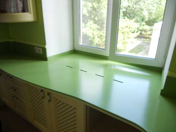 Зеленая столешница подоконник на кухне со шкафчиками
