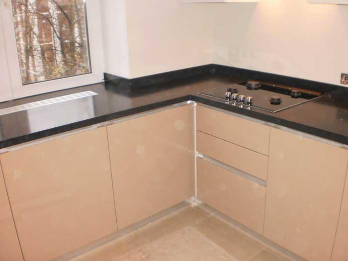 Черный подоконник столешница на кухне