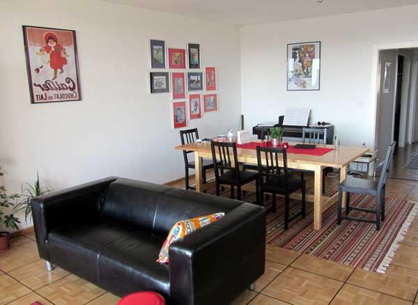 Дизайн кухни с черным маленьким диваном фото 17