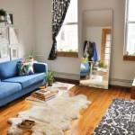 Дизайн гостиной с синим диваном
