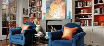 Кресло синего цвета в гостиной модерн