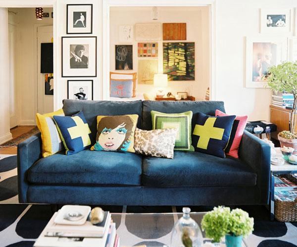 Синяя мебель в гостиной. Диван