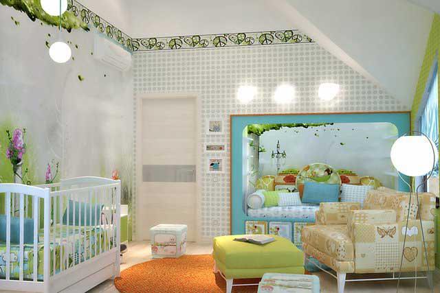 Комната для маленького ребенка с кроваткой и игрушками
