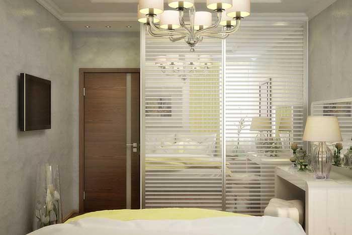 Шкаф купе в спальне со стеклянными дверями