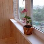 Обшивка балкона деревянной вагонкой. Фото