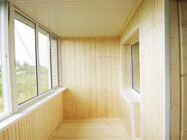 Отделка стен балкона деревом (вагонкой)