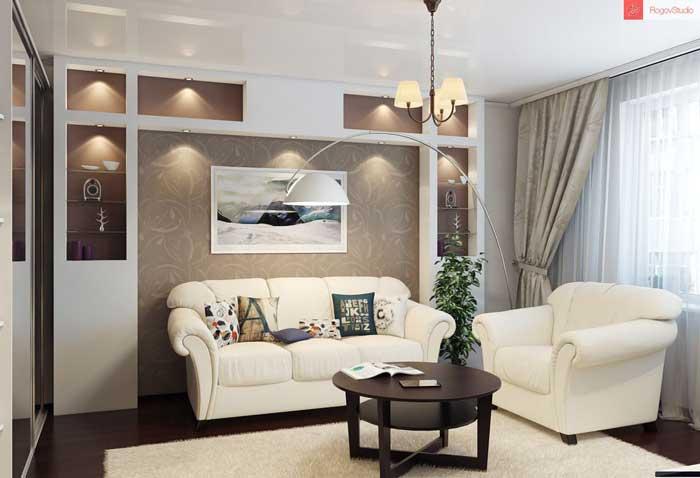 Красивая белая кожаная мебель с разноцветными подушкам в зале
