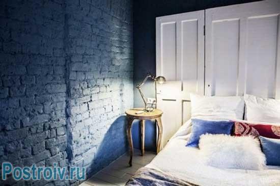 Кирпичная стена в интерьере, крашенная в синий цвет. Фото
